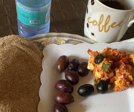 الثلاثاء الفطور رغيف بر + جبن حلوم + زيتون + كوب شاي بدون سكر+ ماء