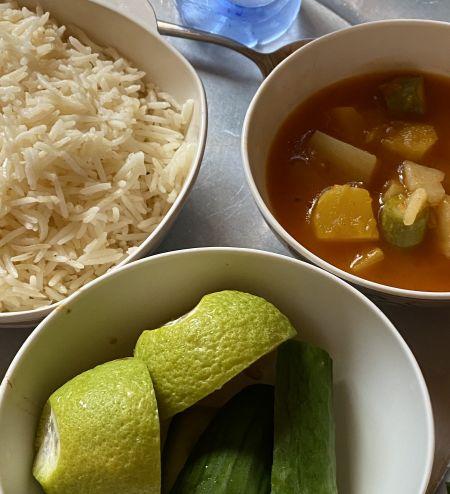 الثلاثاء الغداء رز + ايدام خضار +قطع صغيره دجاج + خيار+ ماء