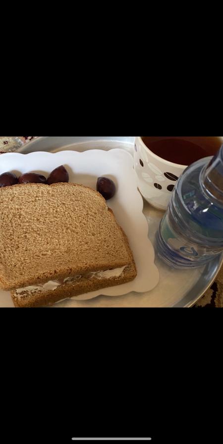 الخميس الفطور توست بر + لبنه لايت + زيتون + كوب شاي بدون سكر+ ماء